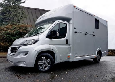 Aeos Compact ST3.5 horsebox in silver